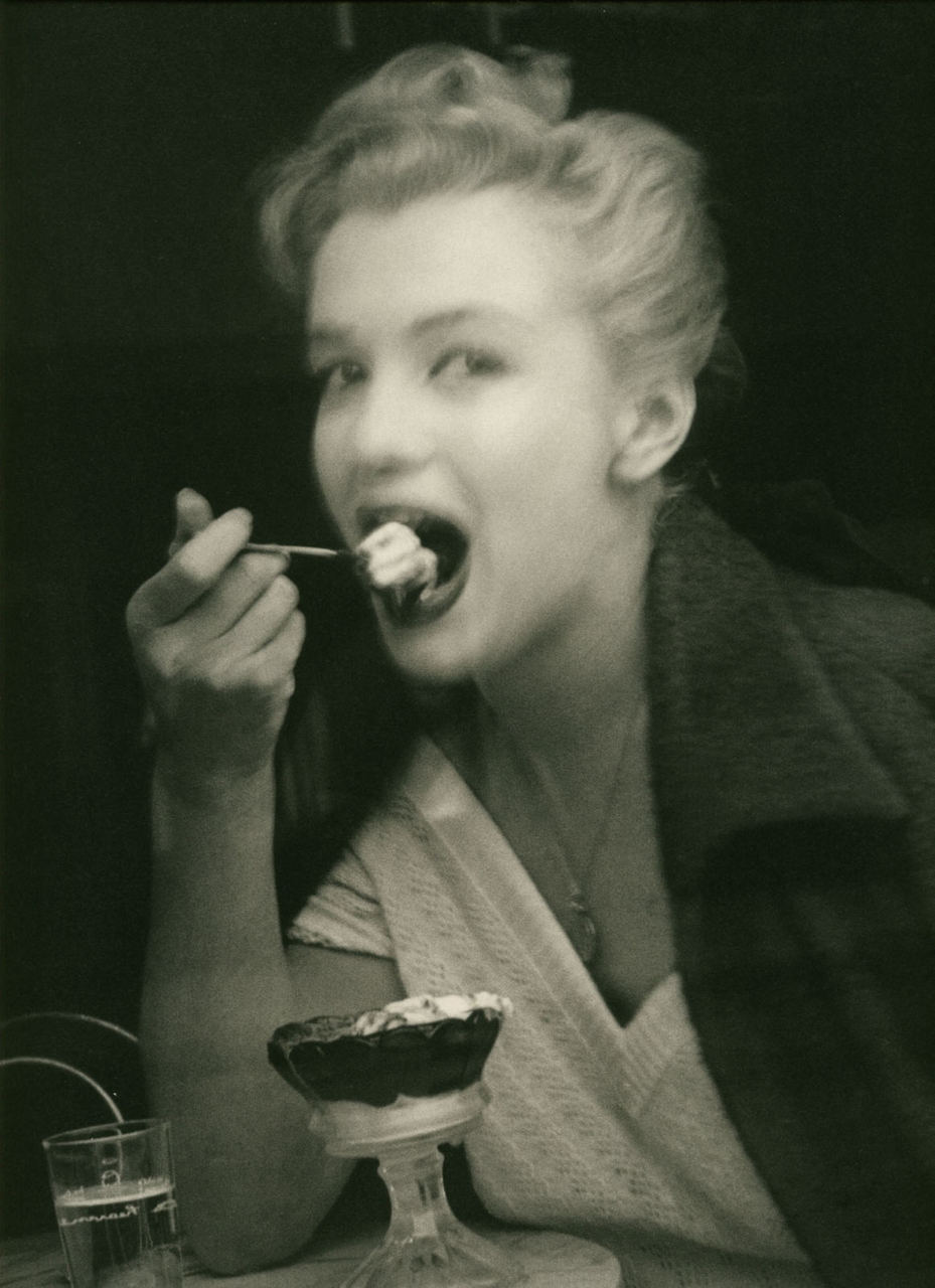 theniftyfifties:  Marilyn Monroe by Andre de Dienes.  (via bohemea) Gelati sfocati.