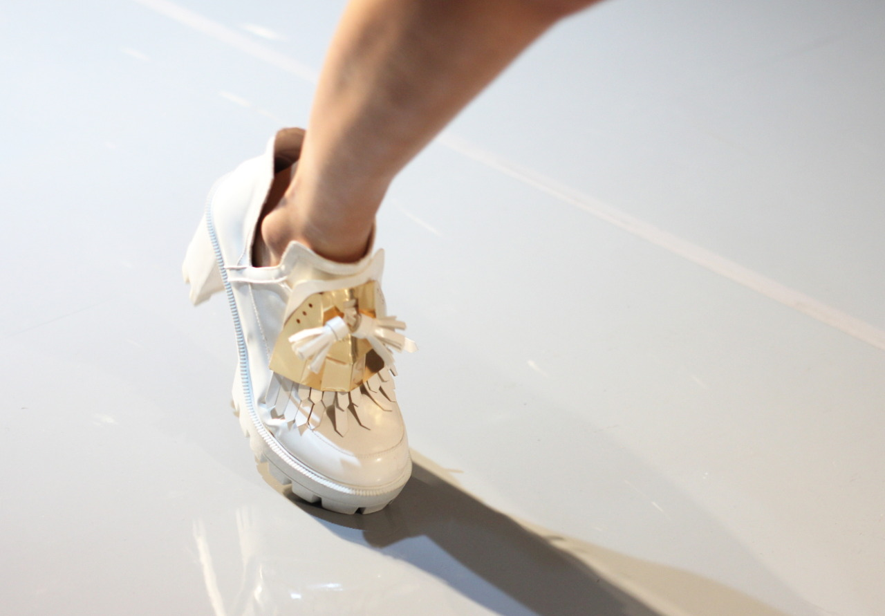 yohanix shoe detail pump white and gold highheel loafer ss15 kpop kidol kfashion korean trends trend report 2015