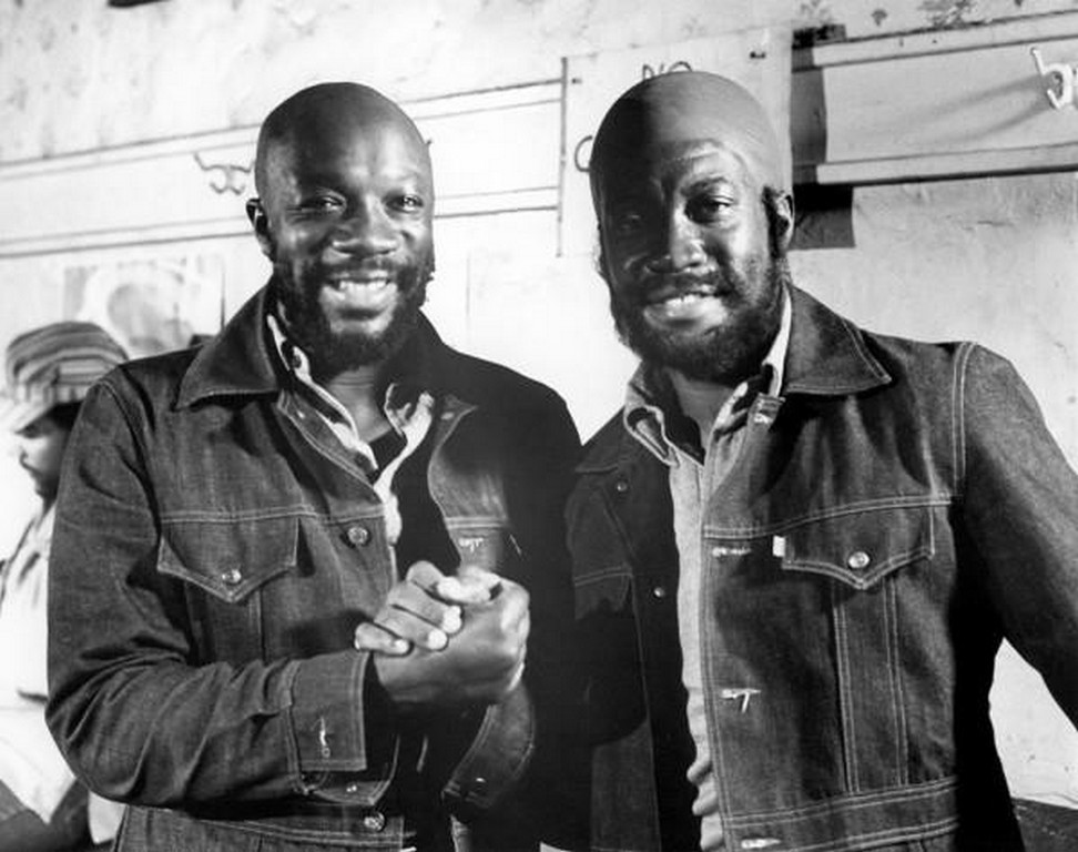 Isaac Hayes and his stunt double on the scene of Truck Turner (1974)