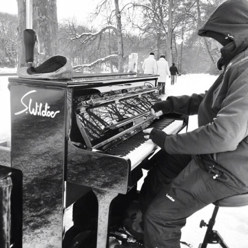 Sven Wildöer playing piano in the snow. #dortmund #rombergpark