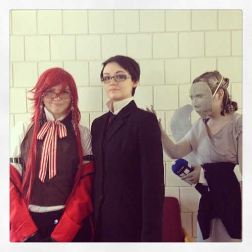 supaseramercury2010:  Grell and Sebby….oh no!! Not the weeping angel!! Don't blink!!! #blackbutler #doctorwho #photobomb #freecon #theweepingangels  :'D I'm the William (I get mistaken for Sebastian so much ;___:). The Grell is http://grellybean69.tumblr.com/