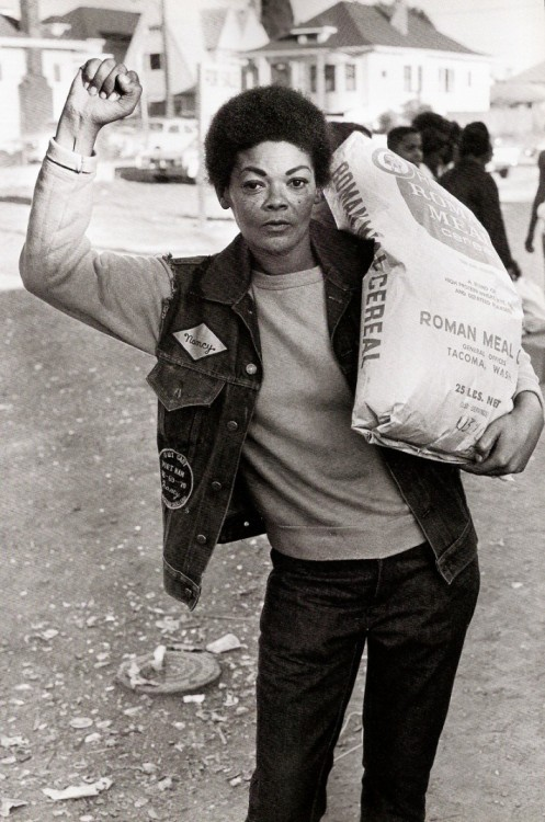 gunsandposes:  Free Food for the Community Programme, 1971, Oakland. Photograph by Stephen Shames. (Zoot Magazine)