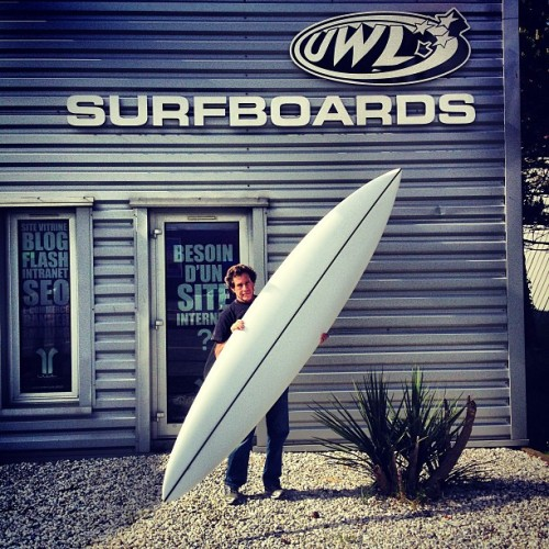 Malcolm Campbell with a freshly shaped 10'6 Bonzer Gun  (à uwl surfshop)