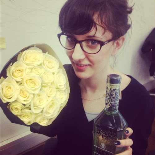 Birthday girl @rebecca_hol clutching roses from moi & gin from @danigraf /p