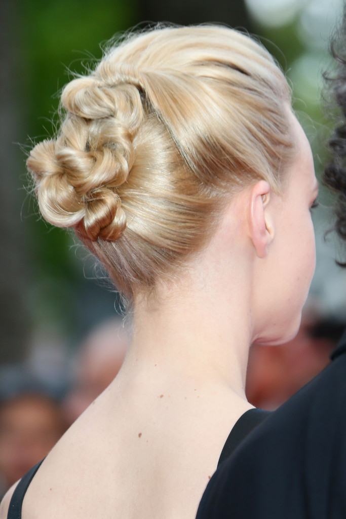 Clearly Carey Mulligan sorted the top hair stylist for her stint at Cannes while others…. #HeavenlyCoifs