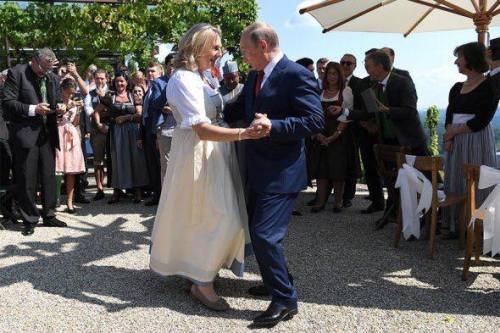 Auf der Kreml Seite hängen die Fotos von der Putins Hochzeit, die Bilder verwirren. Ist es wirklich österreichische Außenministerin oder bloß verkleideter Depardieu?
