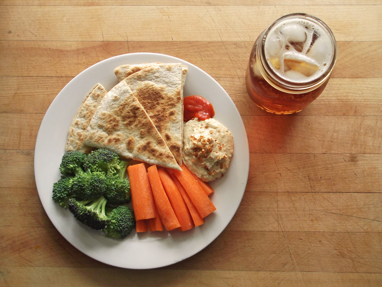 garden-of-vegan:  whole wheat pepperjack daiya quesadilla, broccoli, carrot sticks, roasted garlic hummus, and sriracha, with iced strawberry rooibos tea