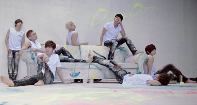 pervingonkpop:  We've got five, count 'em, five displays of bare feet. Feast your eyes on the men of U-KISS.  Thanks to you fuckers, I NOW have a foot fetish.