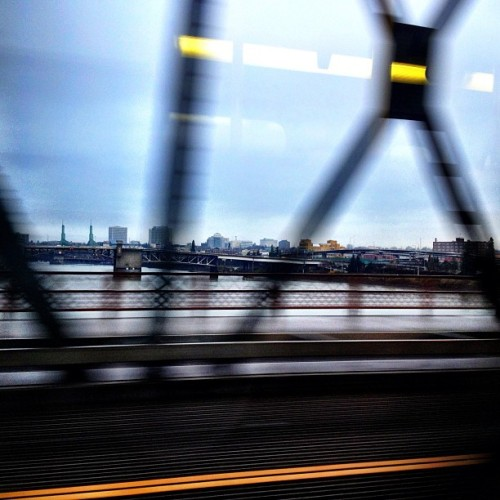 jennayc:  #hawthornebridge #Portland #morningcommute 🚌💨 (at Hawthorne Bridge)