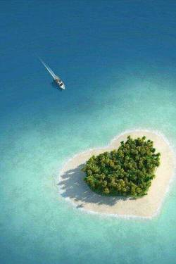clubixm:  Heart shaped Tavarua Island, Fiji, Oceania. (Not my photo, just my upload) x