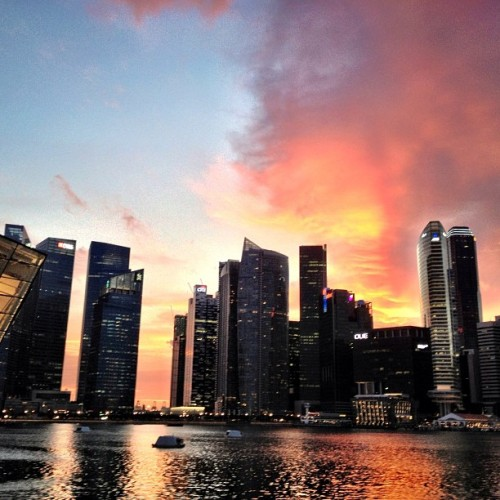 Here's another glimpse of the fiery #sunset at #MarinaBay on a #Saturday #evening (last night actually) #Singapore. It was breathtaking!