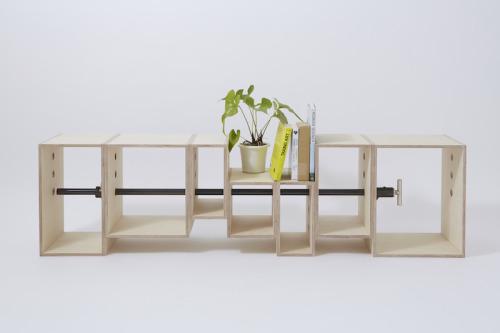 B.L.T bench建築模型倉庫に設置するベンチをデザインした。建築模型倉庫のプログラムとして「点」が集まるような必要な場面と、指方向性の高いシンポジウムなどの1方向に向いて使用する「線」としての機能の両方を持つ事が課題とされた。 例えば、教会の様な「線」の機能があるベンチは、1方向に対して機能を強く持つ。一方で、座談会の様な輪になる場面では「点」が集まりやすい。まず、「点」を串刺しに「線」にするための簡単な操作として、既製品であるパイプクランプと合板のボックスで構成した。組み方は、クランプで圧迫しサンドイッチのように簡単に固定ができる。 次に、「線」の状態の時はシーンによってレベルが作れるように、穴の位置をすべての箱に統一して三ヶ所開けた。 個々のレベルの変化は「点」になった際、シンポジウムなどに応じて、椅子のレベルが前列は低く、後列は高くできる事にも寄与した。1ユニットを7つのボックスで構成し、重ねて収納すると通常の郵送規格サイズの縦奥高さ延べ1700mmで収まるサイズになっている。 高さのレベルは450mm、375mm、300mm、225mmの4段階で、側面の穴は30mmの穴を開けている。「点」や「線」が、簡単な操作で複雑な対応が出来るようになるこのベンチは、「建築」の設計における、次元を行き来するスタディ模型のようなベンチである。 設計:永田幹(iei studio)、尾形良樹(尾形良樹+SALT)PD:徳永雄太(建築倉庫)D:永田幹(iei studio)DD:尾形良樹(尾形良樹+SALT)制作:永田幹(iei studio)CL:建築倉庫  http://archi-depot.com撮影:isogai yu(seaed)