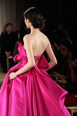 What a dress! Love that color. Marchesa never fails to impress.