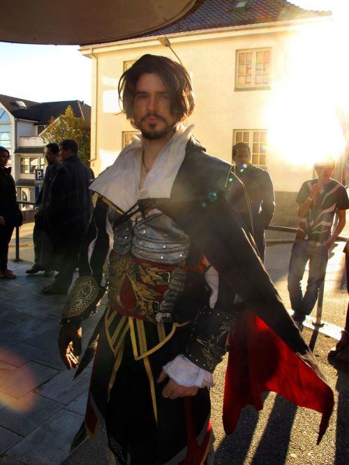 ishkerayot:  pissoffbowden:  Ezio Cosplay by ~DominoEgnallangE Nice cosplay.