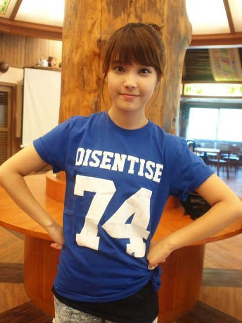 a simple shirt and a cute face= daebak ! :D