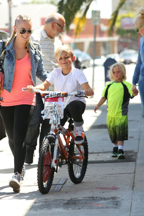 Kingston Rossdale smiling would be news enough (I plan to never lose my two front teeth, by the way), but WHAT IN THE WORLD is Zuma wearing? I could maybe look the other way if he was wearing that outfit at the beach, on a surfboard, but just walking down the street? Blinding.