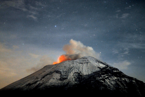 fotojournalismus:  A cloud of ash belches out of Mexico's Popocatepetl volcano as seen from Paso de Cortes, in the Mexican central state of Puebla on May 20, 2013. [Credit : Arturo Andrade/AFP/Getty Images]
