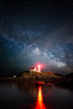 disminucion:  Milky Way over the Nubble (by Moe Chen)