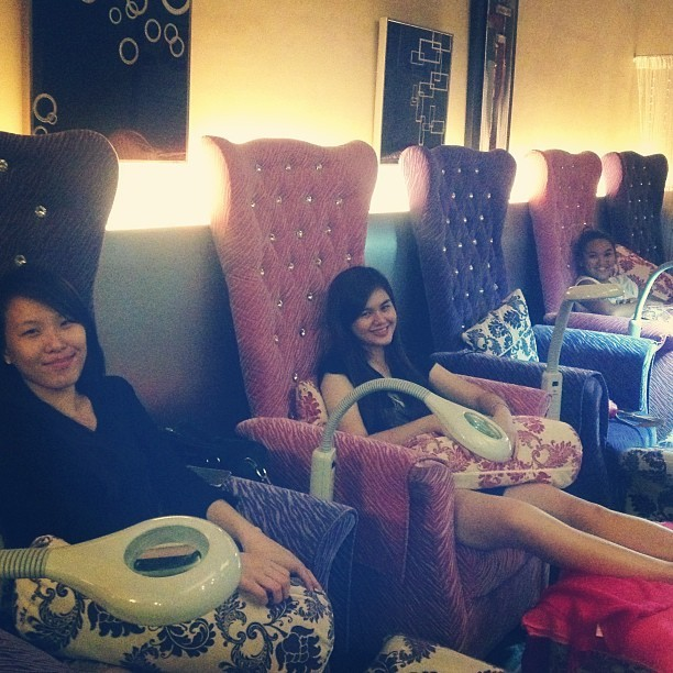 Much deserved foot spa :) like princesses ;) @anjenettegarcia @suuupersheryl @trixiedesoto @onghazel  (at Gogirls)