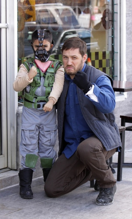 fuckyeahtomhardy:  (via Tom Hardy And a Mini Bane [Cosplay])