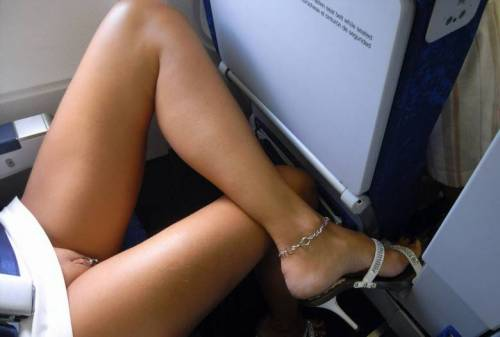 gobottomless:  travel bottomless  Love the piercing!!