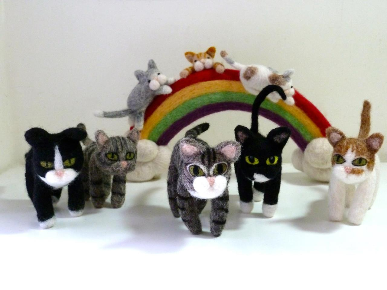 catsbeaversandducks:  Felt Cats made by Gina Yeung.