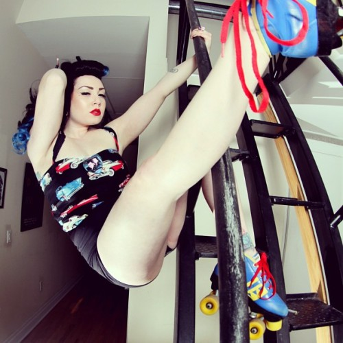 Bend and snap in roller skates like a true roller girl! new photoshoot I did wish I could fit the whole thing in #bowsbysamantharose #pinupgirl #rollerderby #rollerskates #vintage #rockabilly #vintagehair #stretch #strength #swinglifeaway #girlswithink #handmade #seamstress