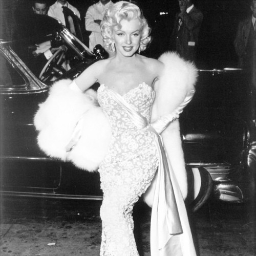 wehadfacesthen:  Marilyn Monroe at the premiere of How To Marry A Millionaire, November 1953 via alwaysmarilynmonroe