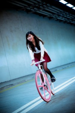 ljiaming:  From the Fixielicious Hong Kong Fixed Gear Girl crew.我嘅女神 <3 *-*  SKIRT BABE ON BIKE