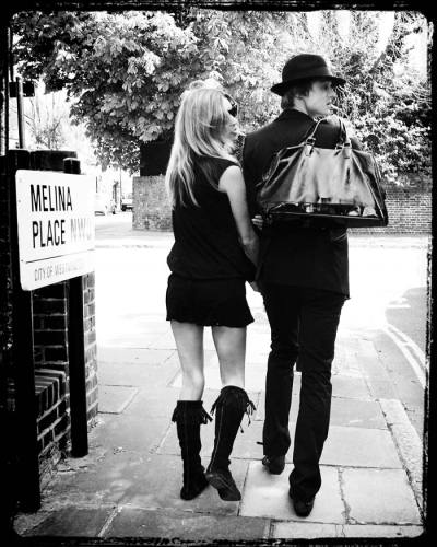 p33tur:  image-press-gallery:  Kate Moss and Pete Doherty photographed in St Johns Wood, London. 19/04/2007 www.imagepressgallery.com  -i cant believe you didnt let me buy this handbag… -S0RRY KAT1E BUTT 1 SAW 1T F1RST