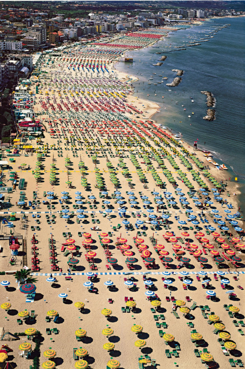 valentineuhovski:    Andreas Gursky, Rimini, (2003).  Photo via Phillips de Pury & Company.