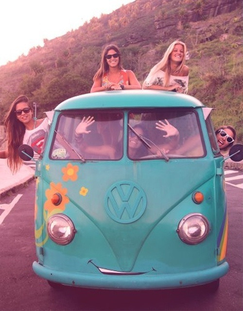 sparhklers:  I want to do this so bad like imagine traveling in an adorable smiling van with your best friends, going on crazy adventures with your cute boyfriends and clothes