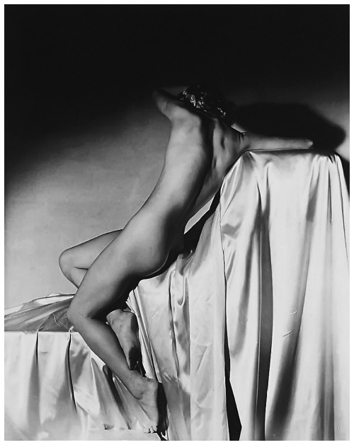 fewthistle:  Lisa on Silk, Turning Away. Lisa Fonssagrives. 1940 Photographer: Horst P. Horst