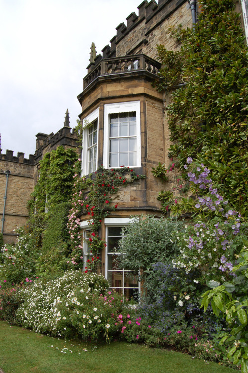 lndnwlkr:  Renishaw Hall, Derbyshire, England (by buildings fan)