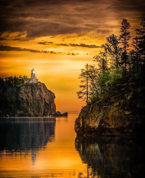 magicalnaturetour:  Split Rock Lighthouse, Minnesota, USA - by Rikk Flohr