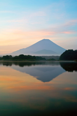j-p-g:  Mt. Fuji at dawn (via nipomen2)