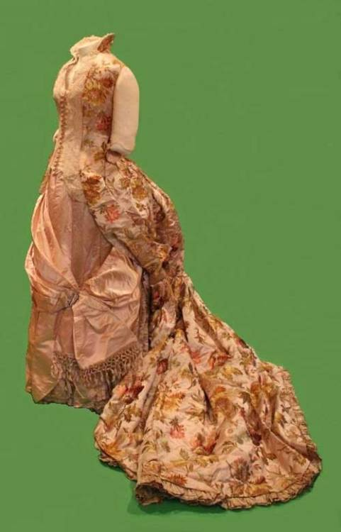 Worth evening dress, 1888 From the Daughters of the American Revolution Museum