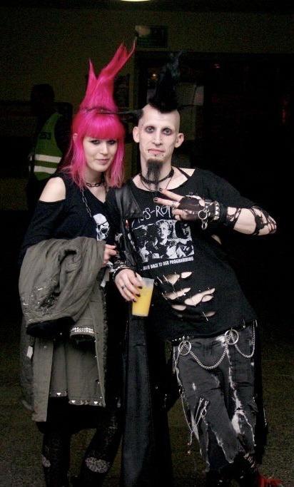 #punx#punk#altfashion#90s#y2k#old internet#early 2000s#goth#mall goth#alt couple#pink hair#crustpunk