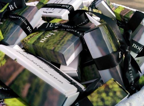 Cajas-regalo de B bou Hotels en la presentación de la marca en Cortijo Bravo.