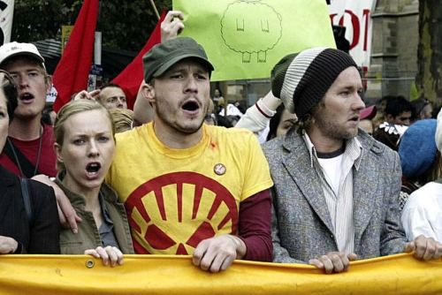 Heath Ledger & Naomi Watts at a protest against the outbreak of the war in Iraq, 2003