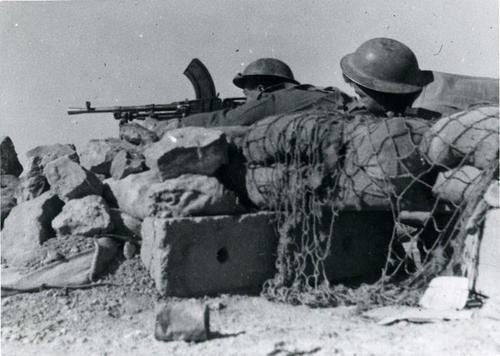 ww2inpictures:  Czechoslovak soldiers man a Bren machinegun. Tobruk, Libya. 1941.