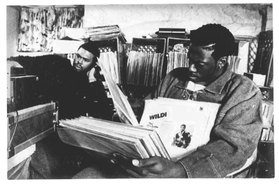 safari-black:  PETE ROCK DIGGING FOR THAT PERFECT SPOT…. #BEATMAKERS #CRATEDIGGERS