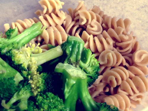 whole wheat pasta & broccoli 🍴🍝