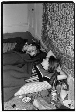 theswinginsixties:  Teenagers in a bed in San Francisco, California, 1966-7. Photo by William Gedney