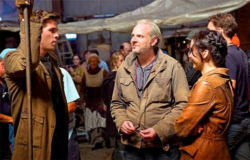 lightafireinthedarkness:   Jennifer and Liam behind the scenes of Catching Fire.   I WONDER WHAT SCENE THIS IS…