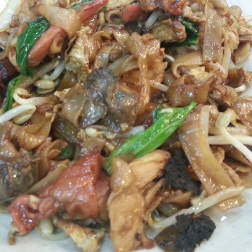Penang Fried Kway Teow at Foodzone Yayasan. It has cockles, prawn & char siew chicken. Nice! #giweats #bruneifoodies #lovefoodhatewaste #foodspotting #kwayteow #noodles (at Foodzone Yayasan)