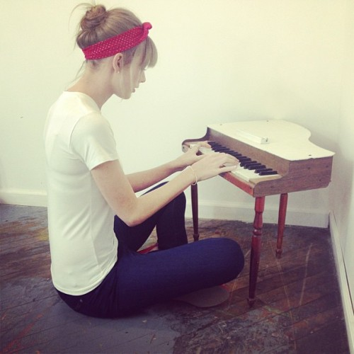 @taylorswift13 Had a photo shoot. Found a tiny piano. Had a tiny jam session.http://instagr.am/p/WVaT83jvKm/