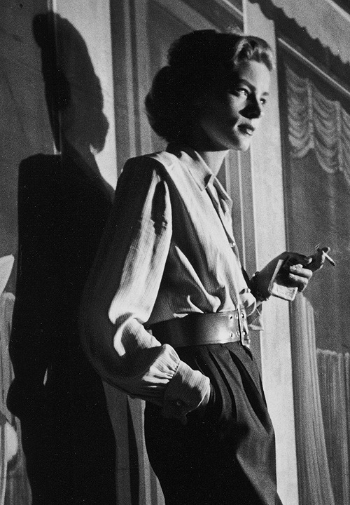 Pause-clope #avectoi #avecLauren   Lauren Bacall on the set of Young Man with a Horn (1950), photographed Alfred Eisenstaedt.