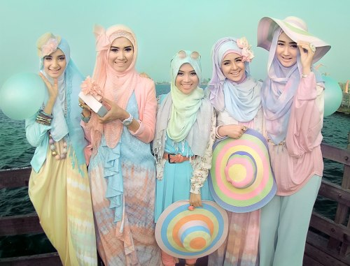 pastelbmob:  Dian Pelangi  WE ARE in PASTEL :) Photoshoot Dian Pelangi, Hijabers Community and Risty Tagor in Ancol Beach  This is one of those shots that makes me love eyebrows