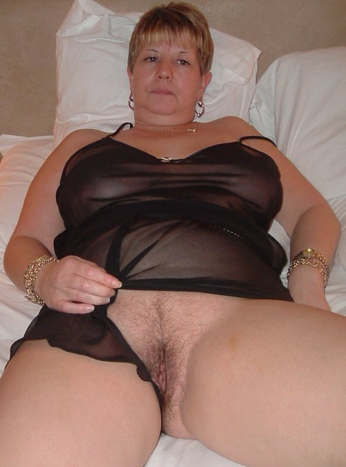 Buxom Janet from Sheffield shows off her cunt….